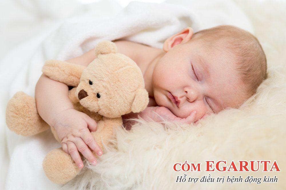Trẻ em là đối tượng dễ gặp phải tình trạng sốt cao co giật khi ngủ